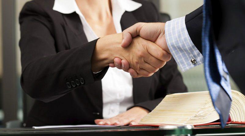 avvocato con cliente in studio