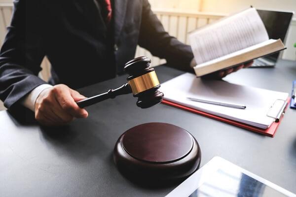giudice-martello-decreto-ingiuntivo