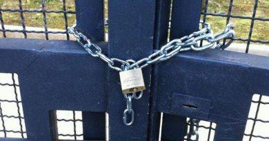 Se il cortile è comune va consegnata al comproprietario la chiave del lucchetto del cancello di accesso
