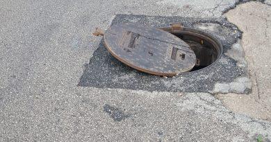 Apertura del coperchio del tombino fognario: Comune responsabile dei danni all'autovettura